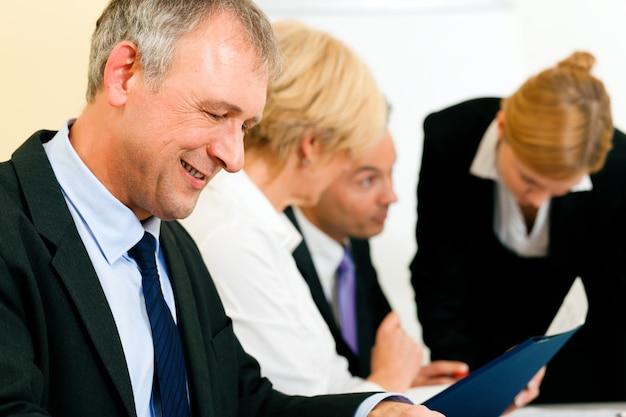 Equipe de negócios trabalhando em uma reunião