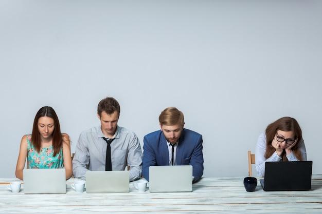 Equipe de negócios trabalhando juntos em seu projeto de negócios no escritório