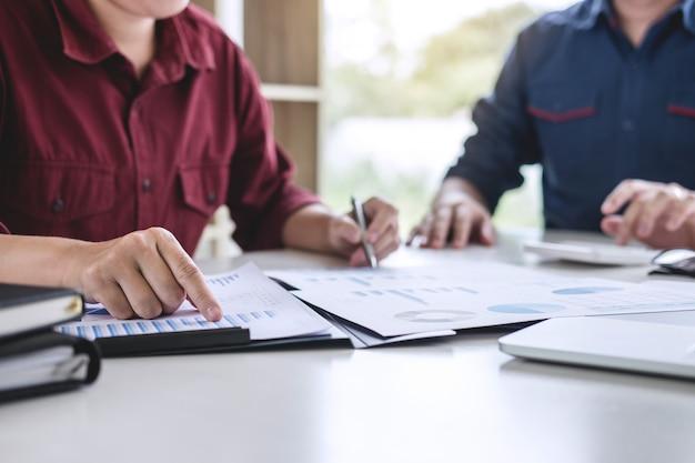 Equipe de negócios trabalhando juntos reunião são consulta com nova estratégia de projeto de inicialização de marketing
