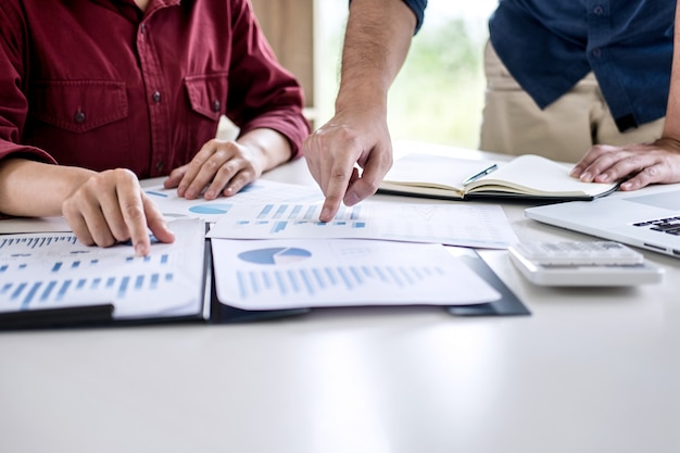 Equipe de negócios trabalhando juntos reunião são consulta com novo projeto de inicialização de marketing