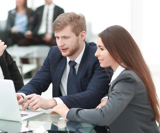 Equipe de negócios usa um laptop para planejar seu trabalho.