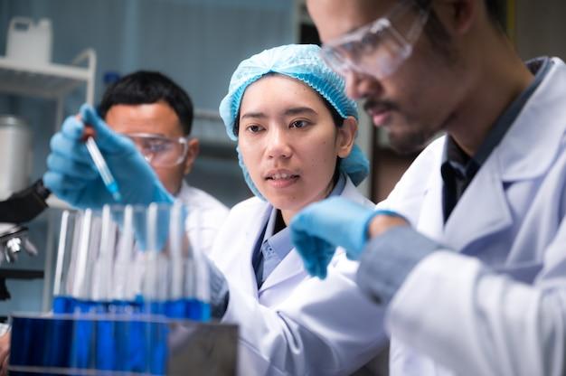 Equipe de pesquisadores científicos está trabalhando no laboratório