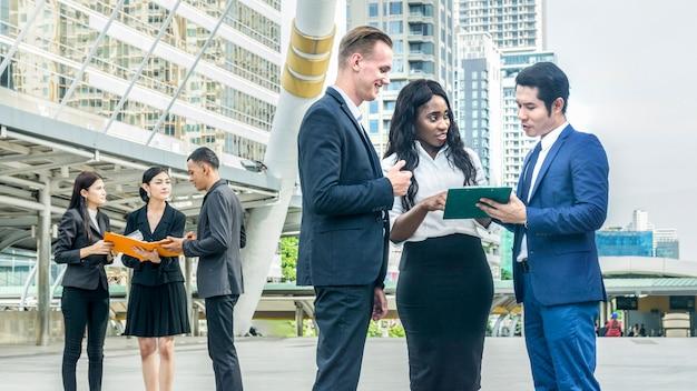 Equipe de pessoas de negócios homem e mulher falar projeto e trabalho de negócios com o espaço da cidade