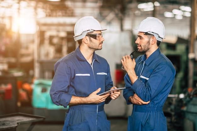 Equipe de pessoas do amigo do engenheiro trabalhador trabalhando discussão ajudam a apoiar juntos no trabalho na fábrica de indústria pesada.