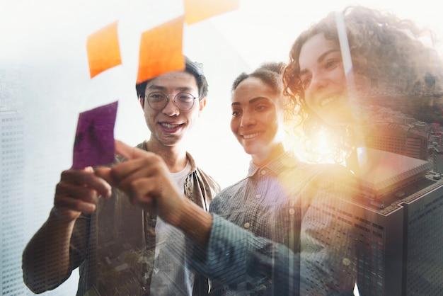 Equipe de pessoas felizes trabalham juntos. conceito de trabalho em equipe, parceria e sucesso