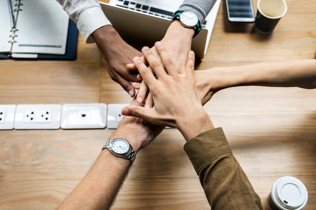 Equipe, de, pessoas negócio, empilhando mãos