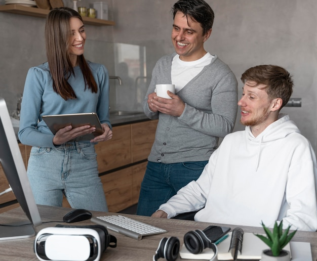Equipe de pessoas que trabalham na área de mídia com dispositivos