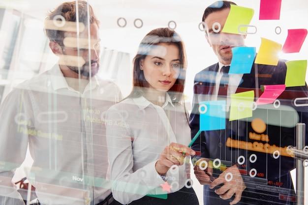 Equipe de pessoas trabalham juntos no escritório. conceito de trabalho em equipe, parceria e sucesso