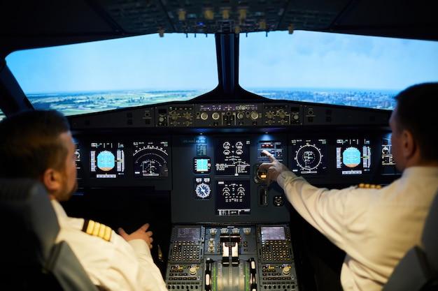 Equipe de pilotos voando de avião