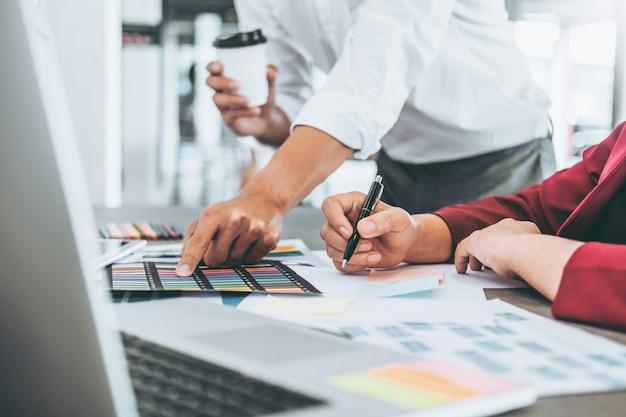 Equipe de planejamento de negócios criativos e pensando em novas idéias para o projeto de trabalho de sucesso no café