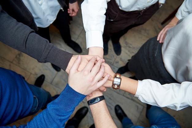 Equipe de profissionais de negócios mostrando sua unidade.