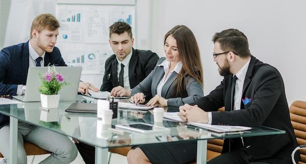 Equipe de profissionais de negócios prepara a apresentação de um novo projeto financeiro.
