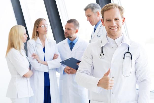 Equipe de profissionais médicos sorrindo