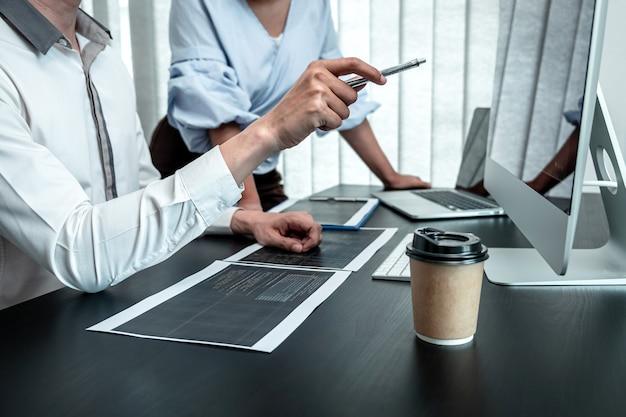 Equipe de programador desenvolvedor trabalhando em programação de software de computador em escritório, redação de site e desenvolvimento de tecnologia de banco de dados.