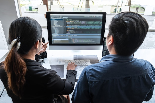 Equipe de programador desenvolvedor trabalhando em projeto em informática de desenvolvimento de software no escritório de ti da empresa, escrevendo códigos e código de dados do site e codificando tecnologias de banco de dados para encontrar solução de problemas.