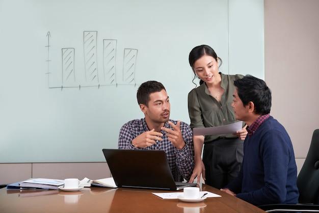 Equipe de projeto colaborando em análise de negócios