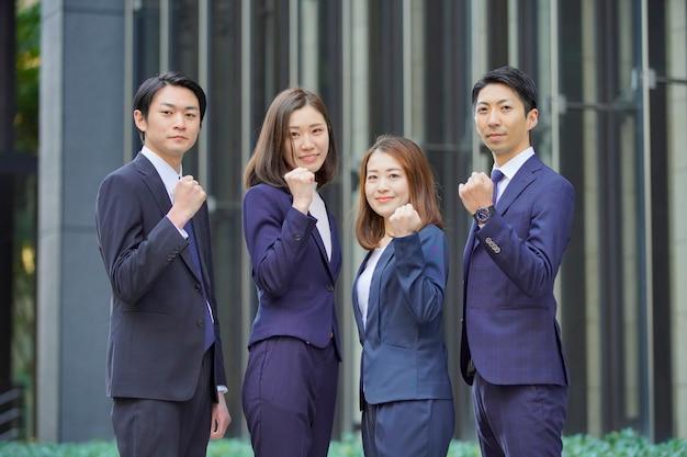 Equipe de quatro empresários e mulheres