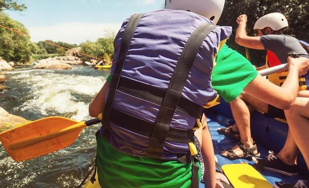 Equipe de rafting, esporte aquático extremo de verão