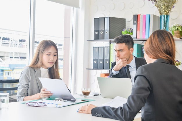 Equipe de secretárias do ceo ou discute metas do plano de negócios do projeto futuro sobre crescimento futuro