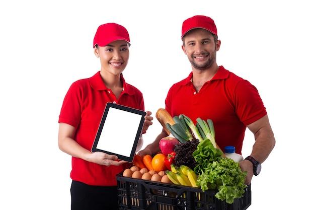 Equipe de serviço de entrega de alimentos segurando uma cesta preta para enviar ao cliente