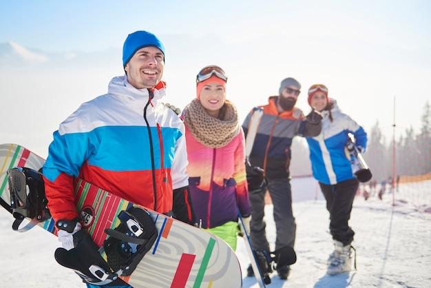 Equipe de snowboard na pista de esqui