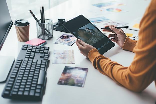 Equipe de start-up criativa de designer de agência de publicidade discutindo ideias no escritório.