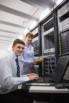 Equipe de técnicos que utilizam o analisador de cabo digital em servidores
