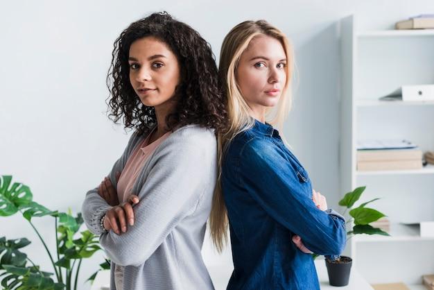 Equipe de trabalhadores de escritório feminino étnica e loira assegurada