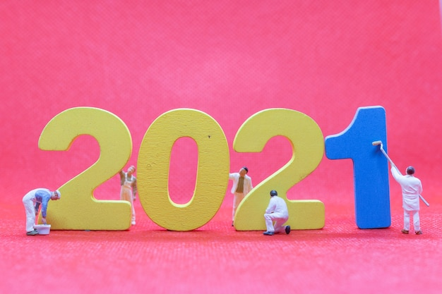 Equipe de trabalho em miniatura número 2021, conceito de feliz ano novo
