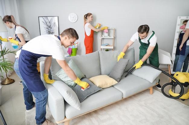 Equipe de zeladores limpando sala