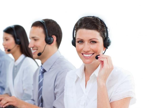 Equipe diversa de representantes do serviço ao cliente