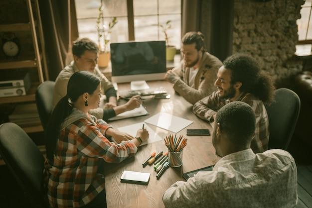 Equipe diversificada de freelancers brainstorming in loft interior