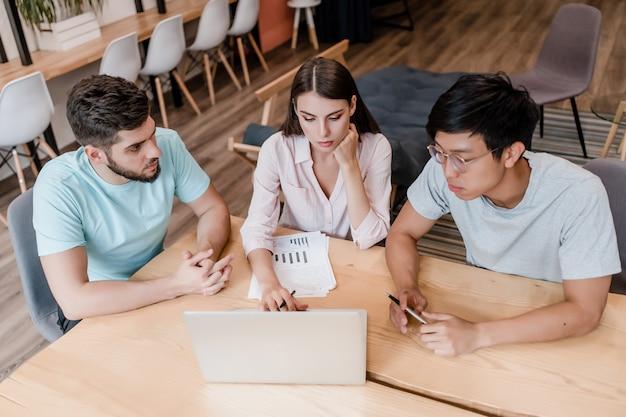 Equipe diversificada de trabalhadores discutindo negócios em um escritório da empresa