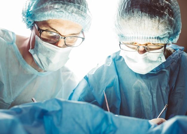 Equipe do cirurgião no trabalho em operar no hospital