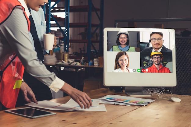 Equipe do depósito falando em videochamada na tela do computador no depósito