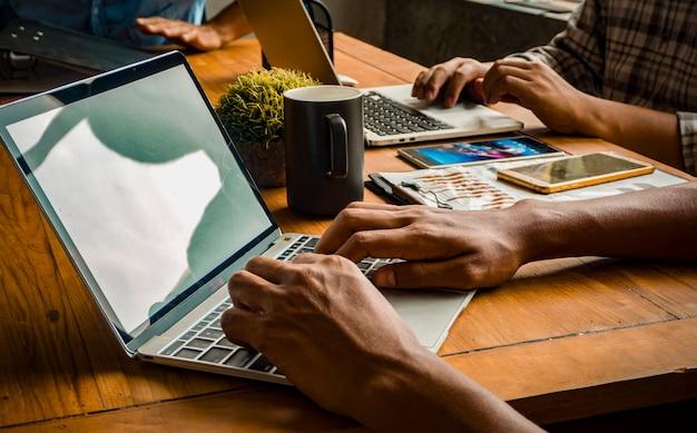 Equipe do escritório criativo e trabalho em equipe bem sucedida. (práticas comuns de trabalho conceito.)