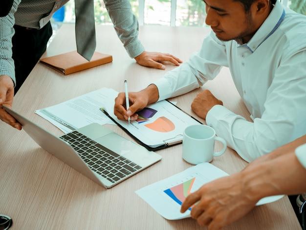 Equipe do homem do negócio no conceito do trabalho do sucesso do escritório da sala de reunião