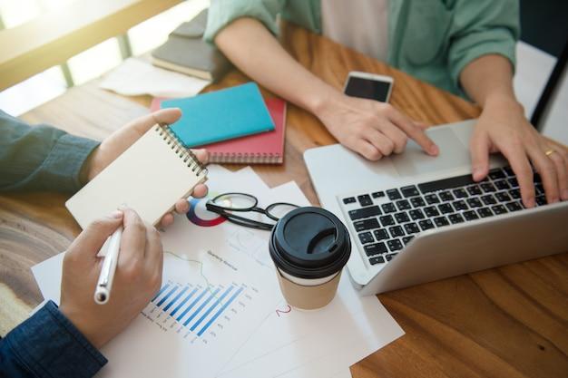 Equipe do negócio que informa a estratégia de marketing com o escritório do portátil em casa.