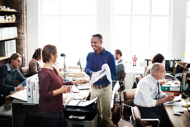 Equipe do negócio que trabalha o conceito do trabalhador de escritório
