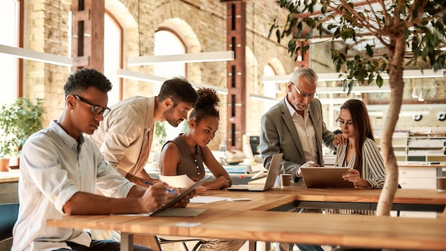 Equipe do projeto. grupo de empresários trabalhando juntos em um escritório moderno. conceito de negócios. emprego