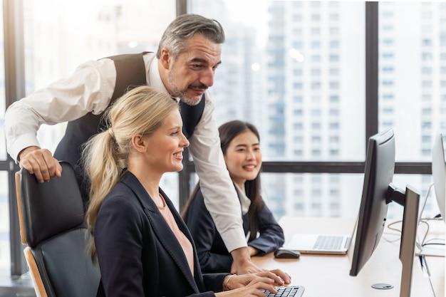 Equipe e gerente de negócios corporativos em uma reunião os gerentes europeus estão satisfeitos e próximos de fornecer consultas