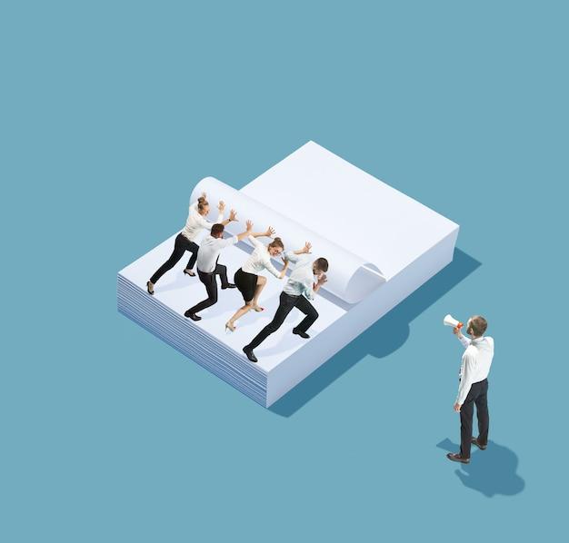 Equipe e líder, chefe. vista de alto ângulo do escritório moderno criativo sobre fundo azul - coisas grandes e pequenos trabalhadores. trabalho de escritório, tarefa diária, problemas típicos e conceito de estilo de vida. colagem.