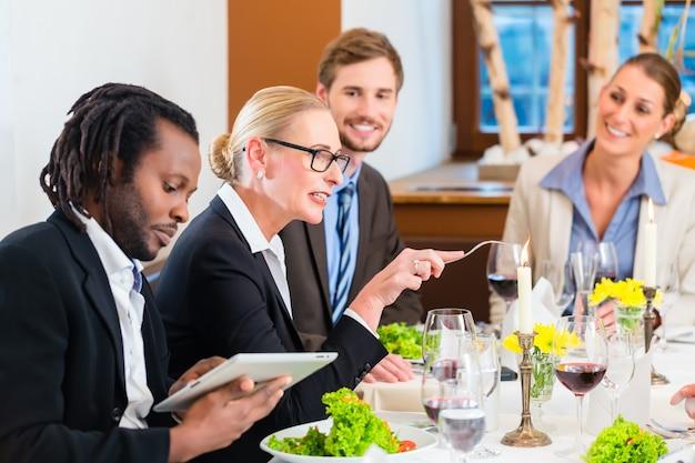 Equipe, em, almoço negócio, reunião, em, restaurante