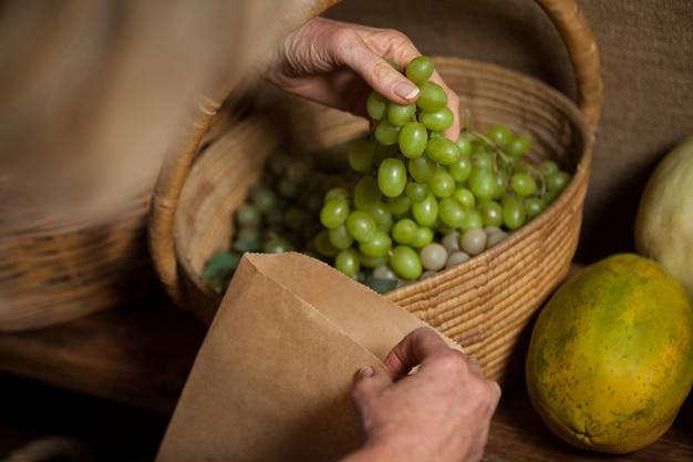 Equipe embalando uvas em saco de papel