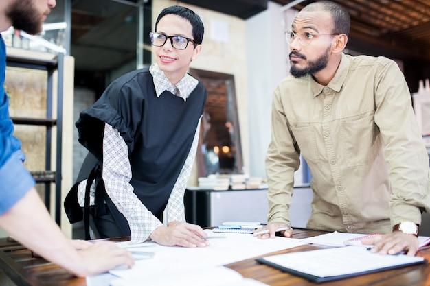 Equipe empreendedora de brainstorming sobre o projeto