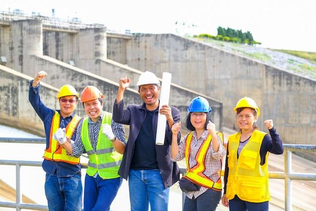 Equipe engenharia, homens mulher, reunião, com, engenheiros, e, supervisores, é, ficar, leitura