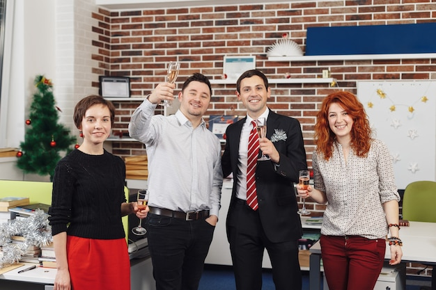Equipe está comemorando o feriado no escritório moderno