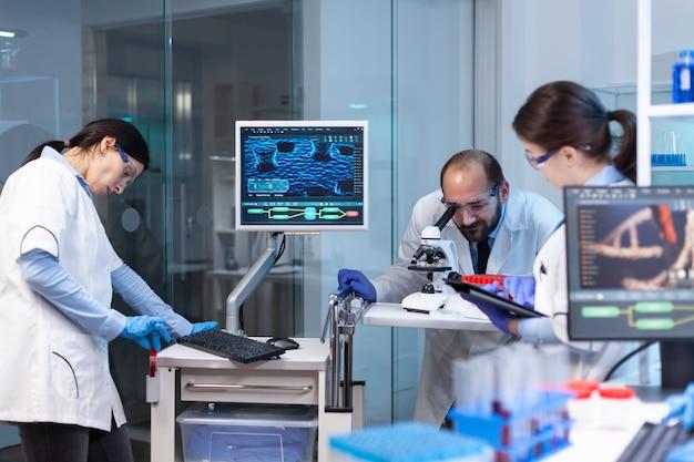 Equipe examinando a evolução do vírus e estudando a reação do vírus