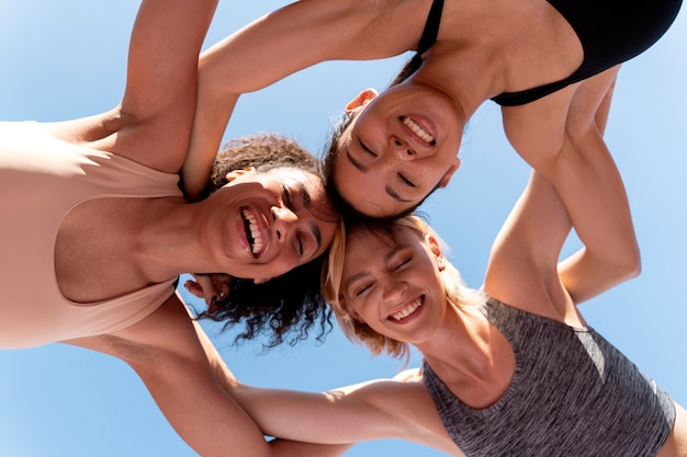Equipe feminina de corredores, vista de baixo