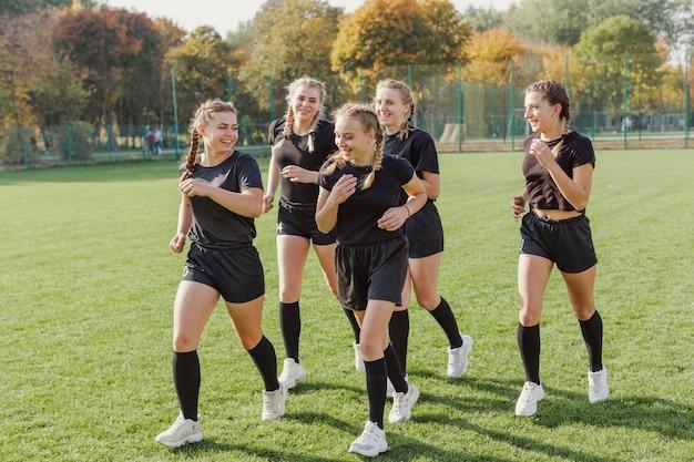 Equipe feminina de rugby aquecendo